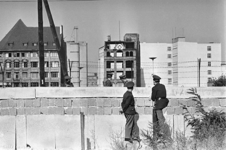 A berlini fal építése 1961-ben