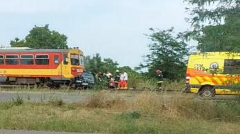 Vonat elé hajtott egy autó, a sorompó mentett meg egy teherkocsit
