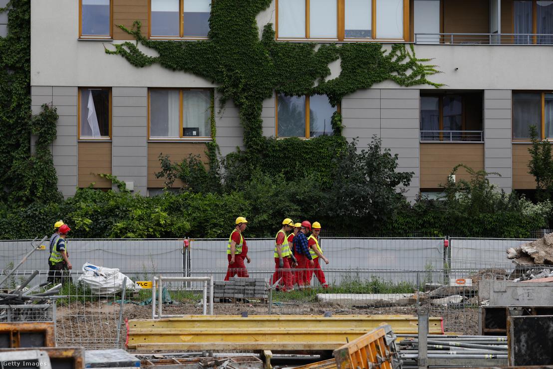 Építőmunkások egy építkezésen
