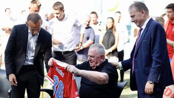 Könnyek csillogtak a 80 éves Szőke Szikla szemében