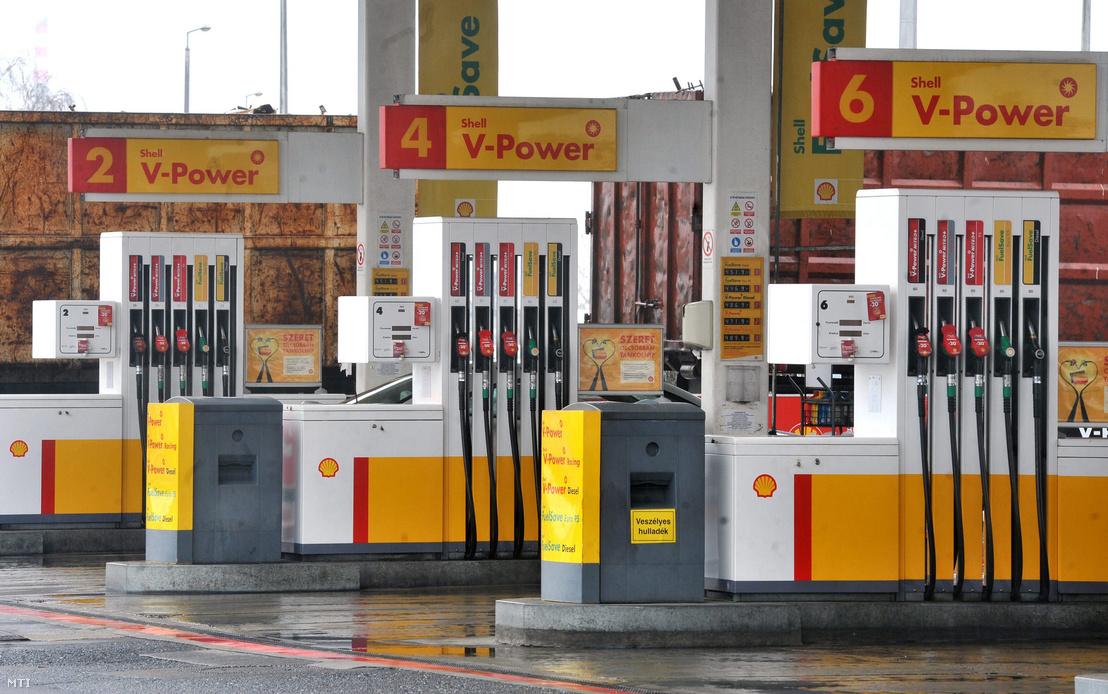 A Shell benzinkútja az M3-as autópálya bevezető szakasza mellett Budapesten a XV. kerületben 2013. március 14-én