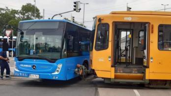 Busz és villamos ütközött a Határ úton