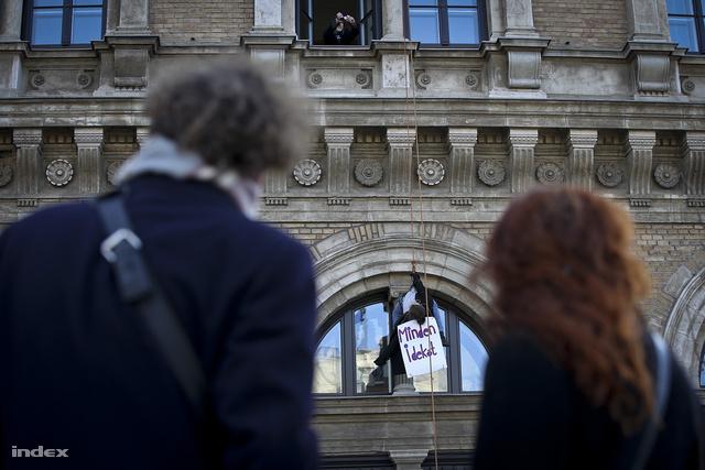 A Hallgatói Hálózat tiltakozó akciója a röghöz kötés ellen a Corvinus Egyetemen