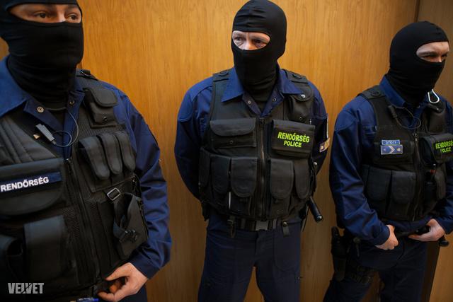 A tárgyalótermet a Büntetés-végrehajtás emberei őrzik kint és bent is.