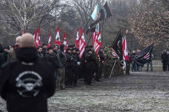 """A """"becsület napja"""" alkalmából tartott demonstráció résztvevői zászlókkal a kezükben Budapesten, a Vérmezőn 2013. február 9-én."""