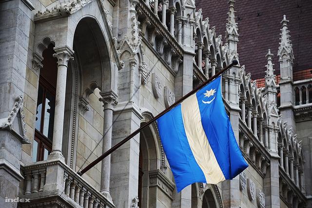 Székely zászló a magyar parlamenten
