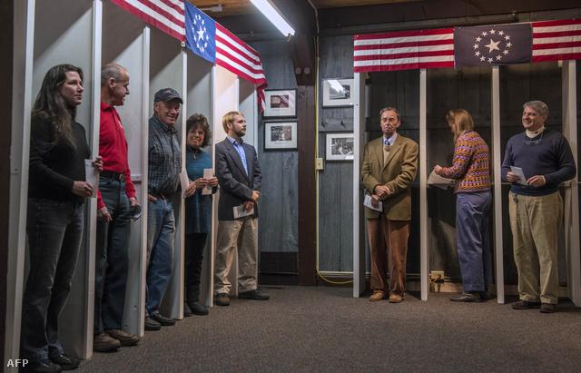 Szavazók várják az urnanyitást a 2012-es választások előtt Amerikában