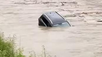 Videó: úsztak az autók az utcán, félelmetes mennyiségű eső zúdult le Fehér megyére