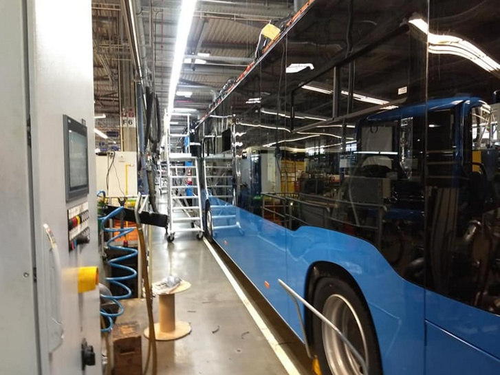 Jelenleg szinte csak bilikék buszok vannak az eCitaro gyártósorain (fotó: Omnibusz Facebook oldala)