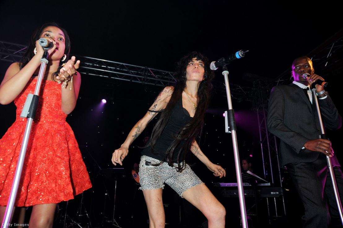 Dionne Bromfield és Amy Winehouse a színpadon 2008-ban