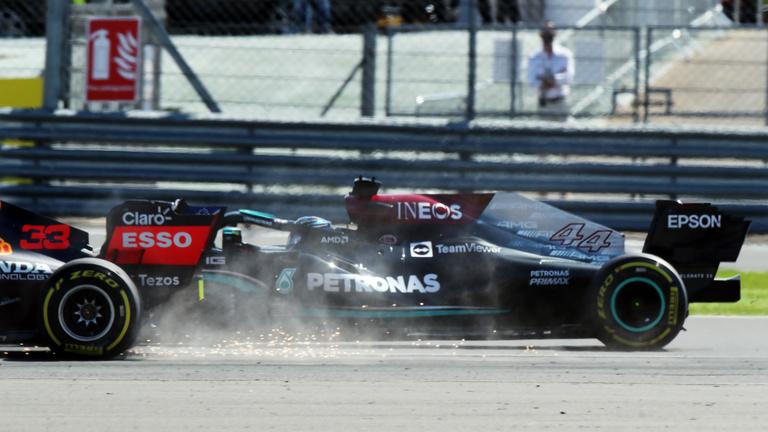 Lewis Hamilton nyert hazai közönség előtt, a győzelem biztos, de ellentmondásos