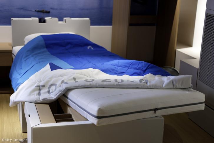 Úgynevezett ágy, mely karton lábakon áll