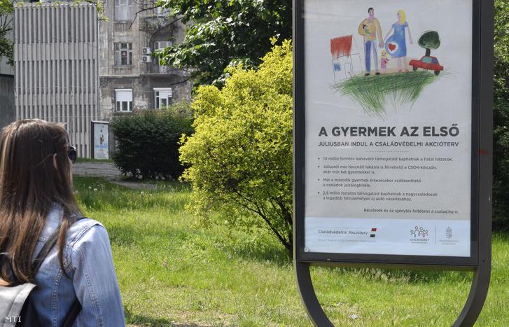 A kormány babaváró támogatását hirdető plakátja 2019. május 19-én