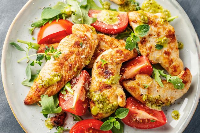 Ha van otthon sült fokhagyma, azt sem érdemes kihagynod ebből a salátából.