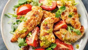 Készíts gyors, nyári salátát pulykahússal és vörös pestóval!