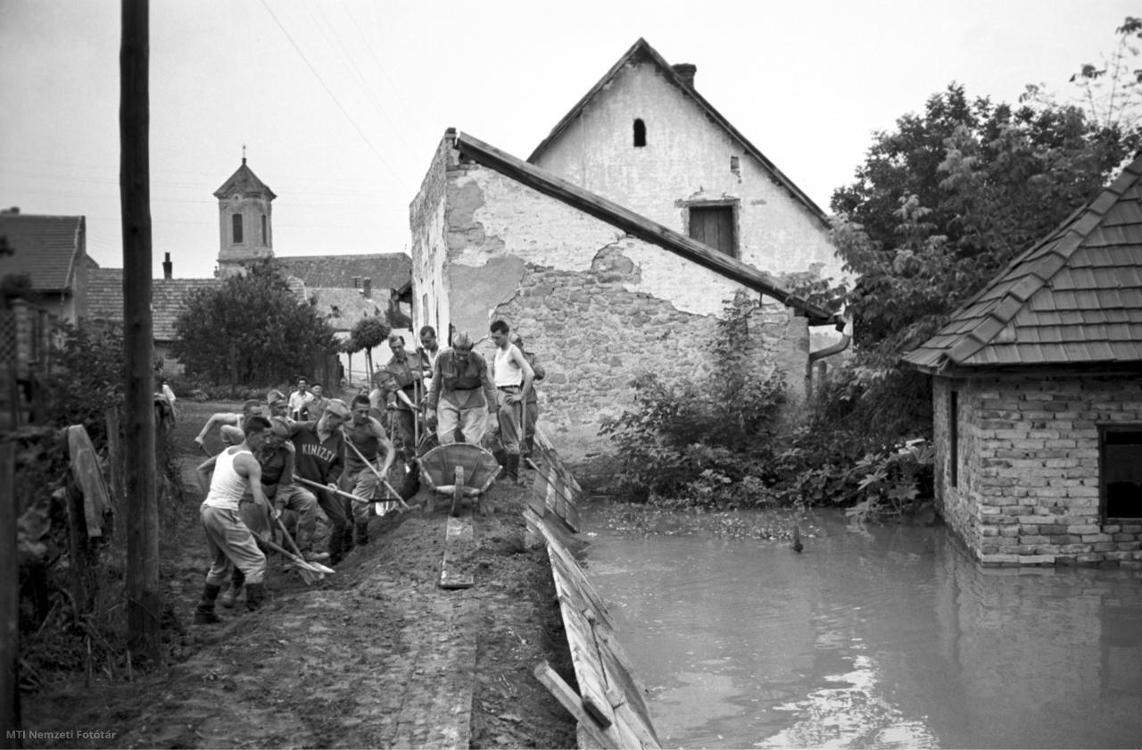 Katonák helyi lakosok és önkéntesek építik az új árvízvédelmi gátat Szentendrén hogy megakadályozzák a Duna kiöntését 1954. június 16-án