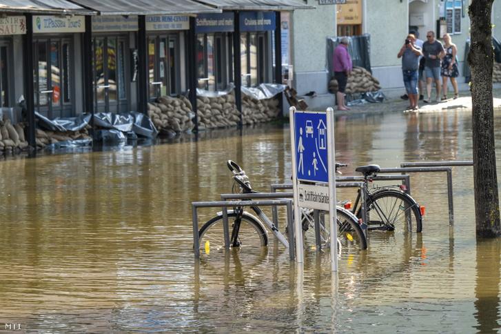 Vízben álló lakóépületek az alsó-bajorországi Passauban 2021. július 18-án
