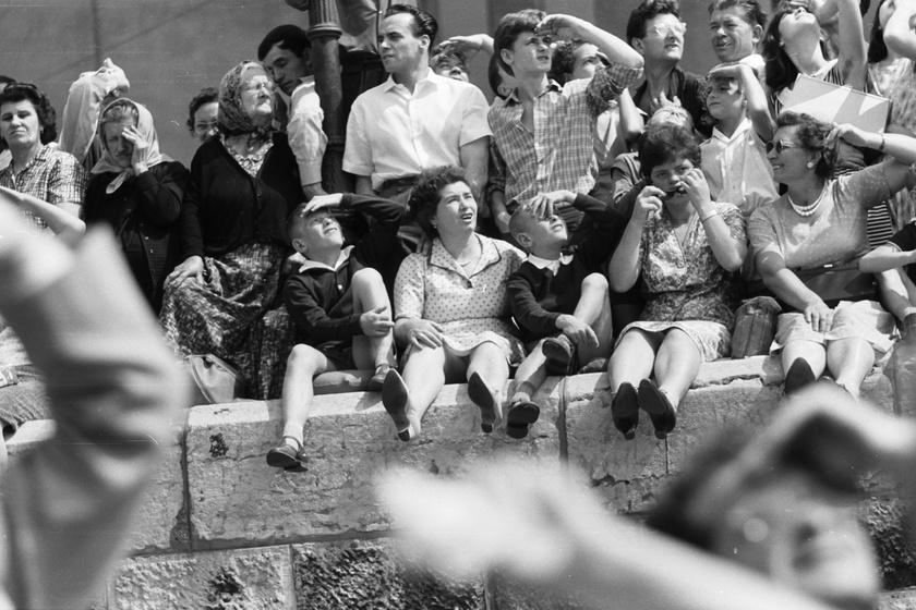 1963-ban is éppen úgy ült a pesti alsó rakparton az augusztus 20-i ünnepségre kíváncsi nézősereg, mint napjainkban.