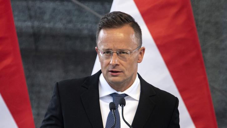 Szijjártó Péter külgazdasági és külügyminiszter a V4-ek külügyminiszteri találkozóját követő sajtótájékoztatón Komáromban 2021. július 19-én