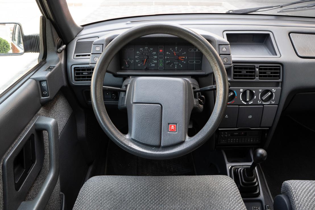 A kormány mintája ellenére nem ott a duda, hanem az indexkar végét kell megnyomni, mint a kor összes francia autójában