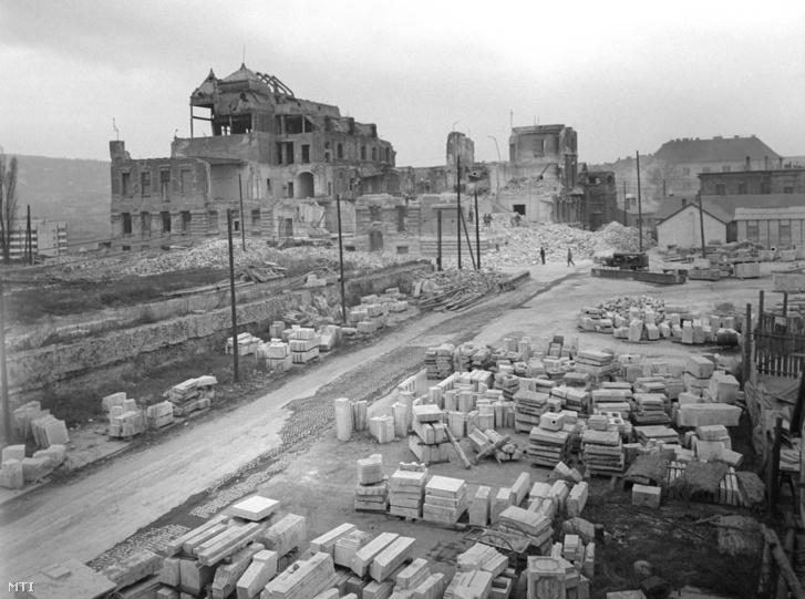 Habsburg József főherceg egykori palotájának bontás alatt álló épülete a budai Várban 1968-ban