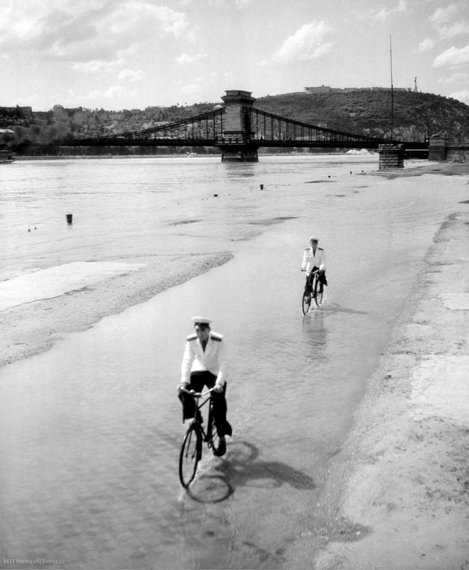 Két vízirendőr biciklizik a kiáradt Duna vizében az alsó rakparton 1958. július 4-én. A háttérben a Lánchíd.