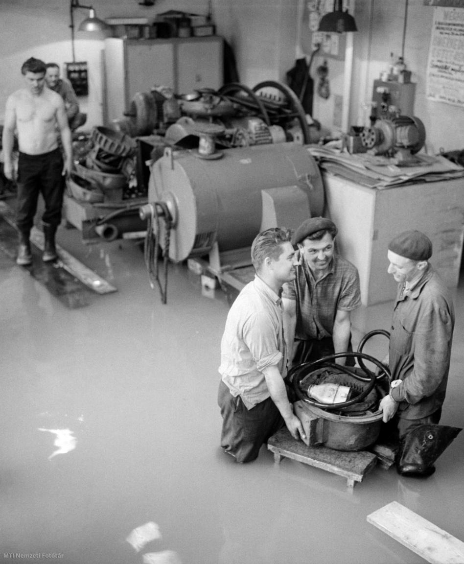 A Duna folyó magas vízállása miatt a dolgozók az elöntött motorműhelyből mentik a villanymotorokat a Magyar Hajózási Részvénytársaság (MAHART) Váci úti gyáregységében 1965. június 16-án. Az üzemben leállították a termelést, és a karbantartó brigádok a vízzel eláradt épületekből biztonságba helyezik az értékes gépeket.
