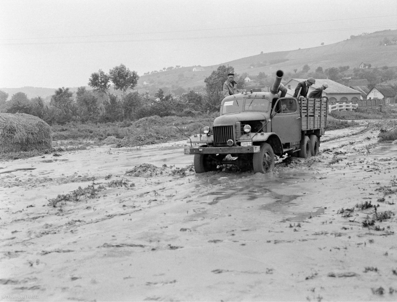 Szekszárd 1961. június 11. Nagyteljesítményű szivattyúkat szállítanak Szekszárdra , miután előző nap egy másfél órán át tartó felhőszakadás árvizet zúdított a városra.