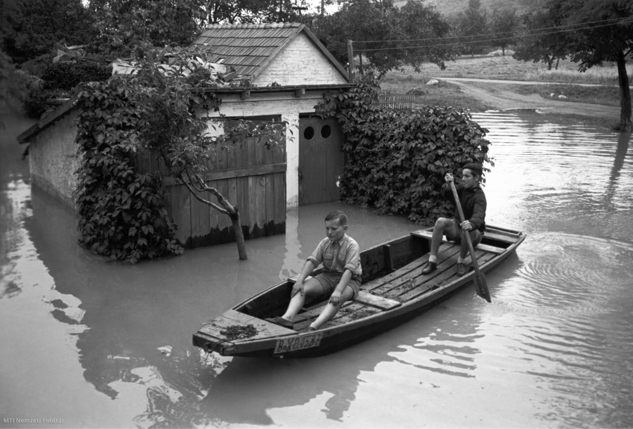 Két helyi kisfiú árvíz idején csónakkal közlekedik a Szentendre és Leányfalu között elhelyezkedő vízzel elöntött Határcsárda közelében 1954. július 16-án.