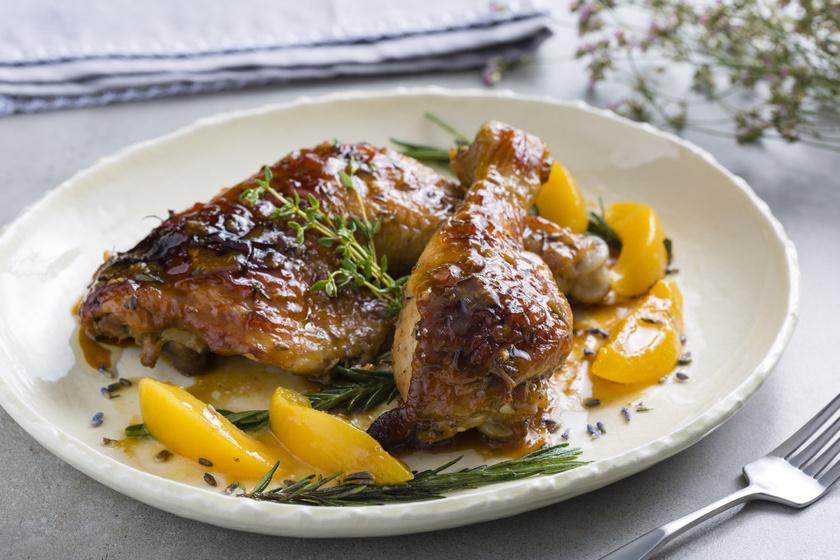 Rozmaringos csirkecomb barackkal sütve: egyszerre sós és édes