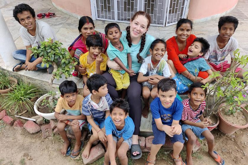 Courtney 12 gyermekével: Dipu 17, Raju 11, Shivam 11, Shiva 10, Shivam 10, Piyush 9, Jai 7, Satyam 5, Roshit 5, Sialesh 4 és Piyush 3 éves. Vér szerinti kisfiuk, Adi 6.