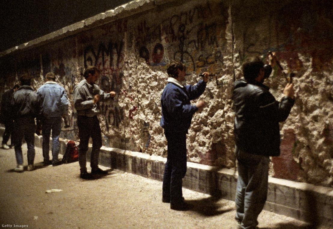 Német férfiakbontják le a német falat 1989 decemberében
