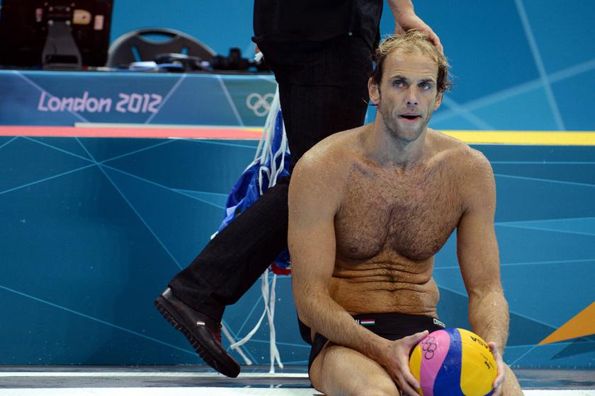 Kásás Tamás ül a medence szélén a 2012-es londoni nyári olimpia férfi vízilabdatornája negyeddöntőjében vívott Olaszország-Magyarország-találkozó végén.