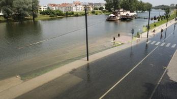 Fotó: a győri rakpartot elárasztotta a Duna, életbe lépett a másodfokú készültség