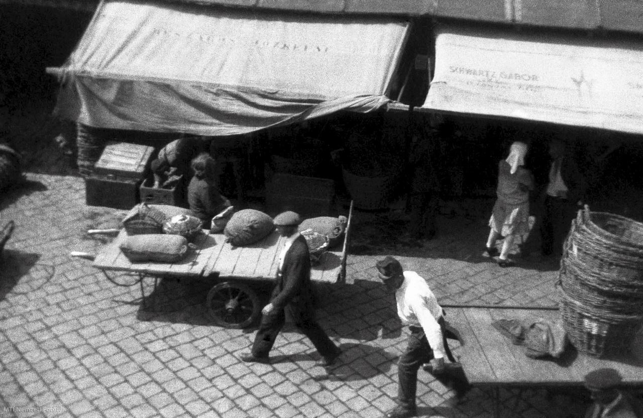 Magyarország 1930-as évek Férfiak munka közben egy piacon. A felvétel készítésének pontos helye és ideje ismeretlen.