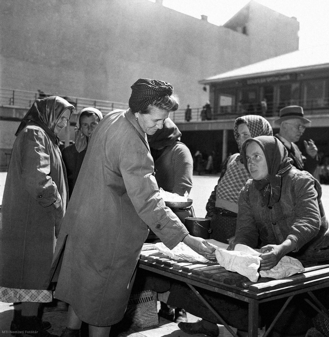 Budapest 1953. április 22. Egyéni dolgozó parasztok árusítják termékeiket a Fény utcai piacon.