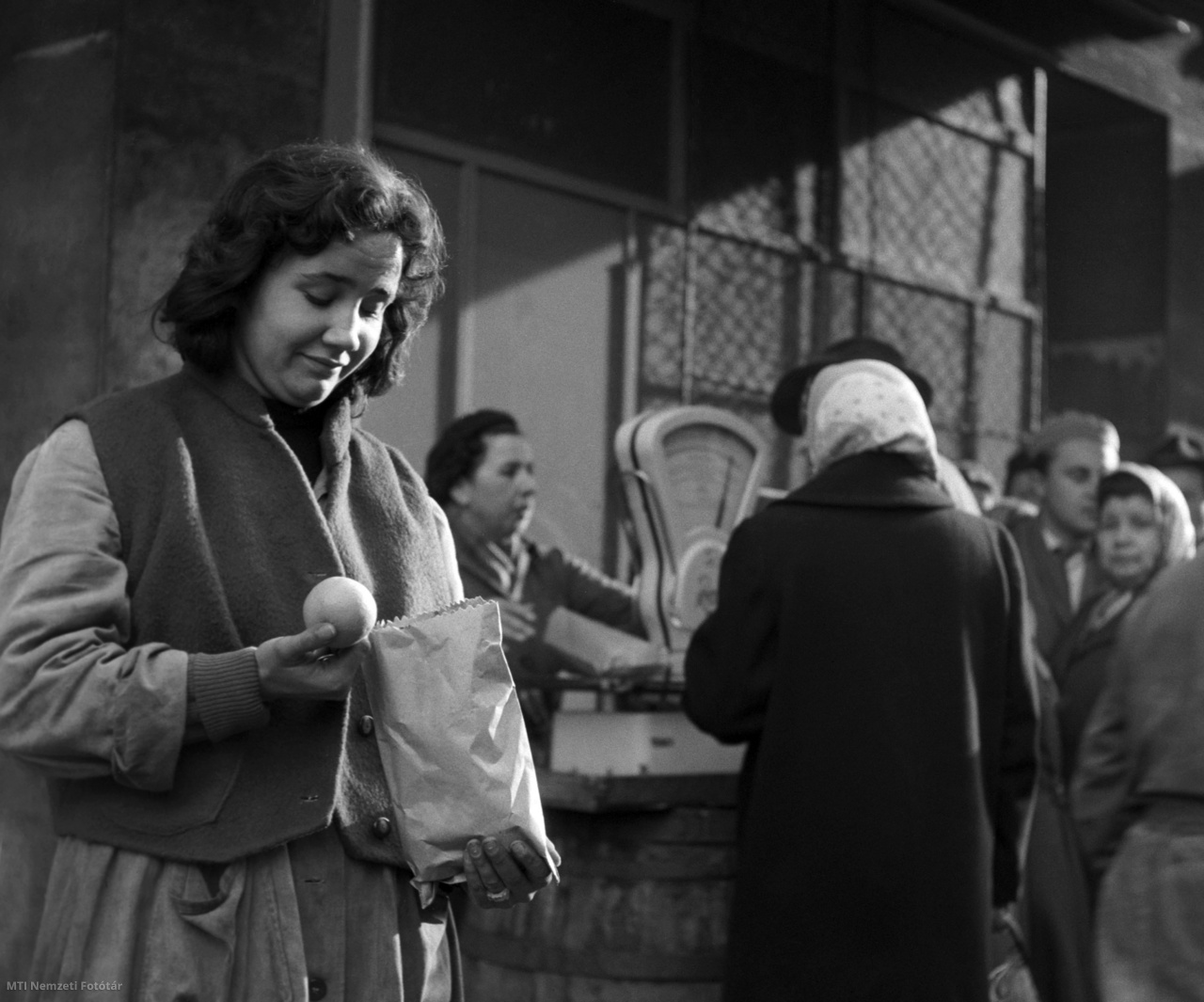 Import narancsért állnak sorban a vevők egy budapesti csarnok előtt 1957. december 10-én.