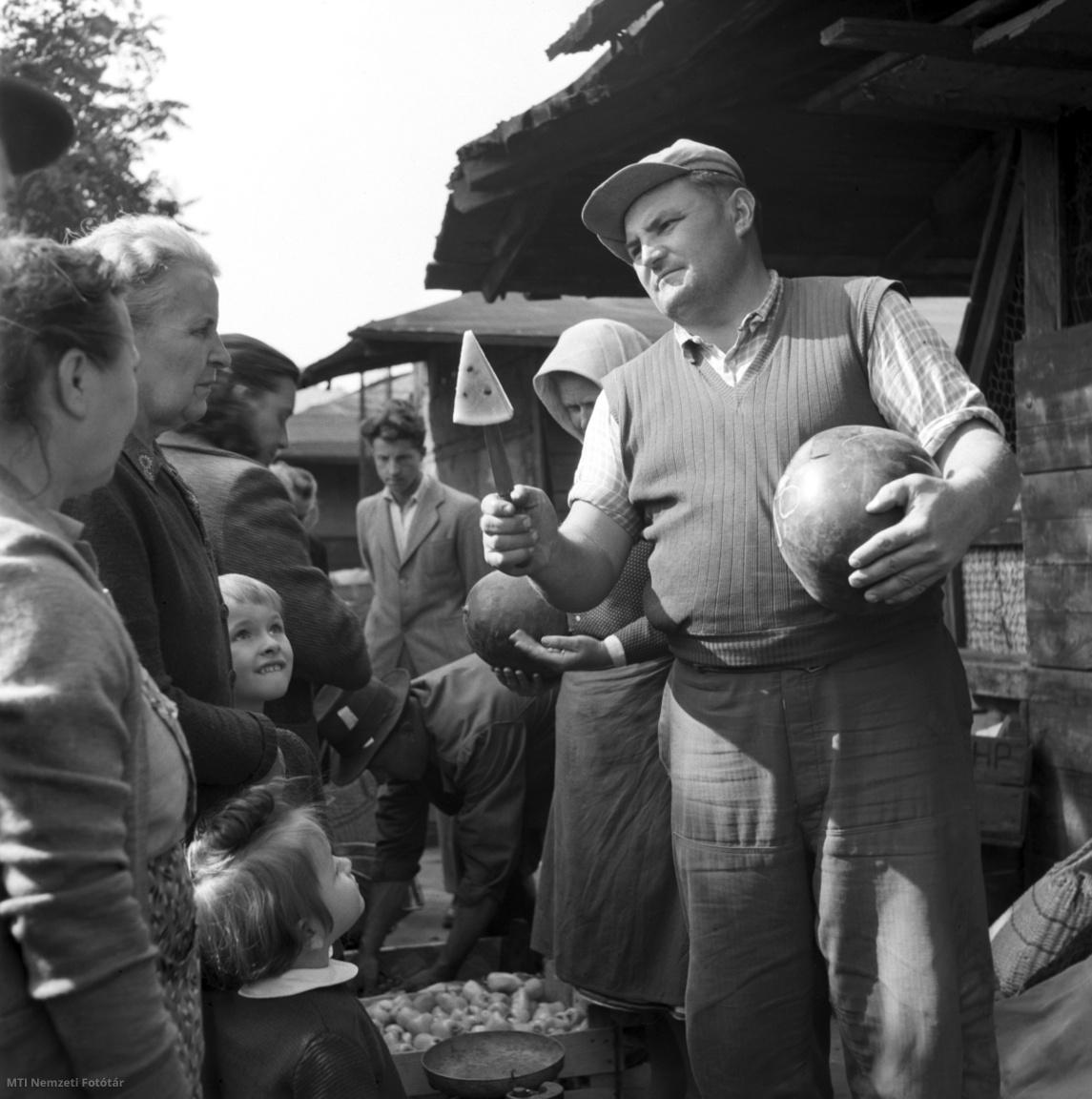 Budapest 1957. szeptember 20. A dinnyéből lékelt szeletet kínálja az Élmunkás téri piac dinnyeárusa.
