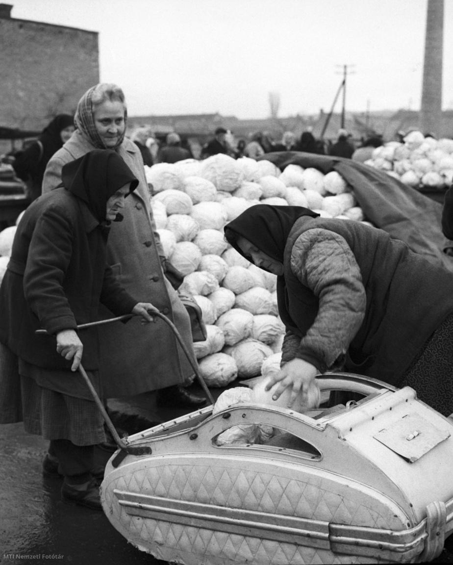 Babakocsiba pakolja a megvásárolt káposztát egy asszony az egri heti piacon 1960. december 9-én.
