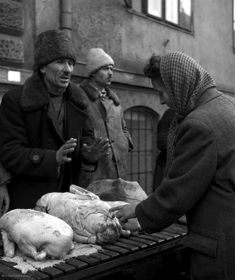 Árus és vevője a Hunyadi téri piacon 1954. december 20-án.
