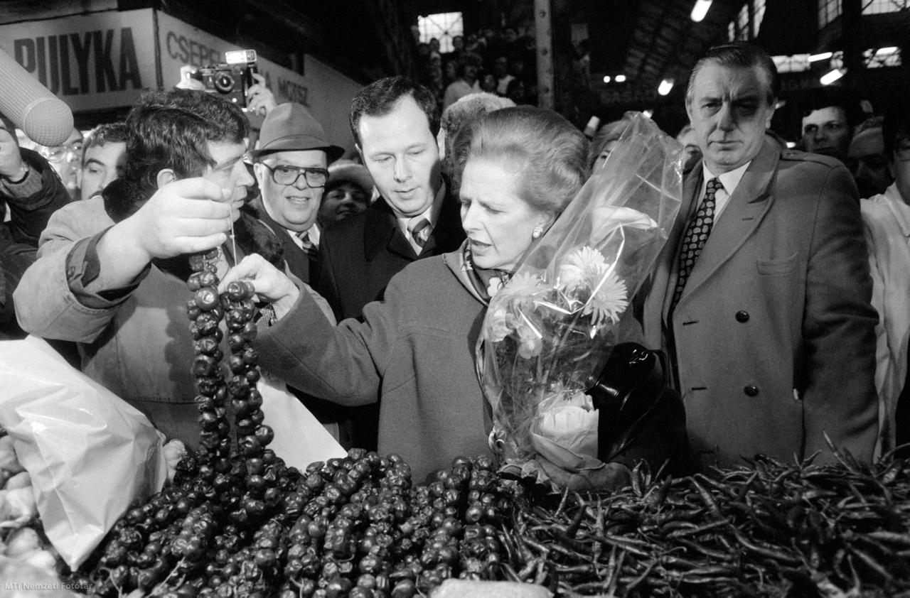 Budapest 1984. február 4. Margaret Thatcher a hivatalos látogatáson hazánkban tartózkodó brit kormányfő a kalocsai szárított paprikafüzérek között válogat a Tolbuhin körúti (1989 után Vámház körút) Nagyvásárcsarnokban. Czobor Péter, a csarnok igazgatója kalauzolja a vendéget.