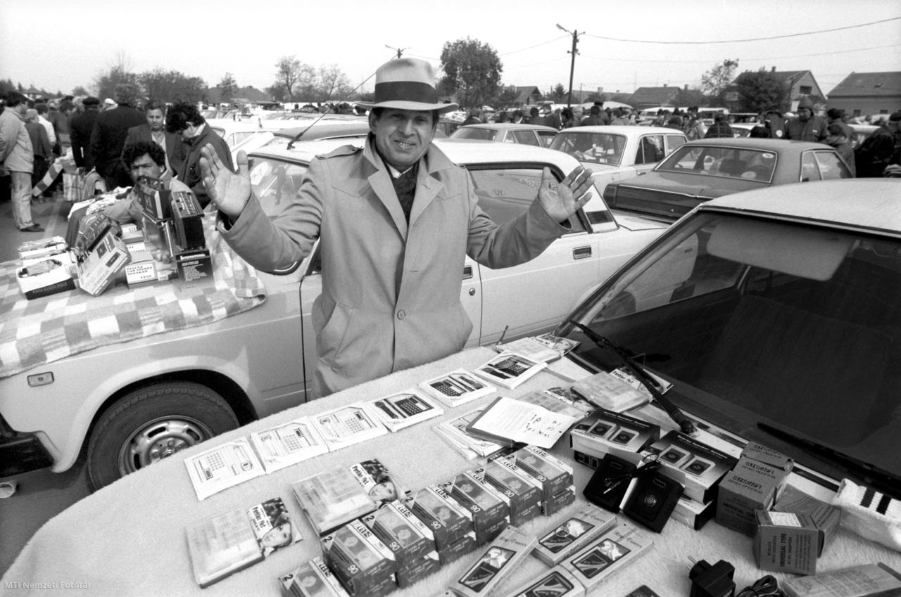 Egy árus kínálja portékáját a Cserepes sori nemzetközi piacon 1990. április 30-án.