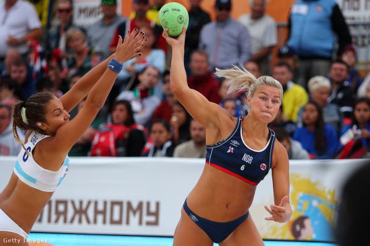 2018-ban még a norvég strandkézilabdázó nők is a nemzetközi szabályoknak megfelelő sportruházatban játszottak