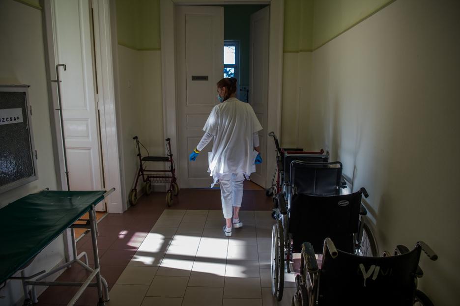 Orvosok hagyják el az egészségügyet a kötelező oltás miatt