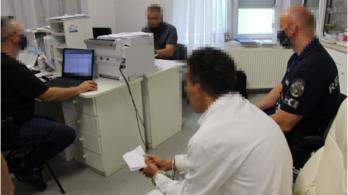 A védettségi igazolásokkal seftelő orvosra felnéznek Kótajon