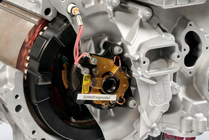 Eltérően a legtöbb más megoldású elektromotortól, a gerjesztett forgórészű szinkronmotornak van kopó alkatrésze. A csúszógyűrű és a kefe élettartama azonben elérheti az 500 000 km-t