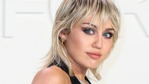 Egy pick-up tetején pucsított Miley Cyrus