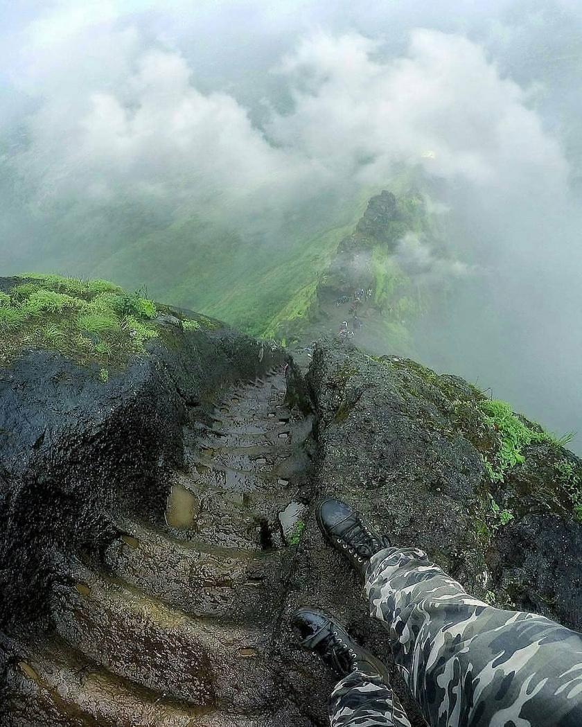 Az Indiában található Kalavantin Durg egy 686 méteres sziklacsúcs, aminek tetejére a sziklákba vájt lépcsők segítségével lehet feljutni. Mivel nagyon meredek, a köd miatt folyton nedves, és korlátok sincsenek, ezért a világ egyik legveszélyesebb lépcsőjeként tartják számon.
