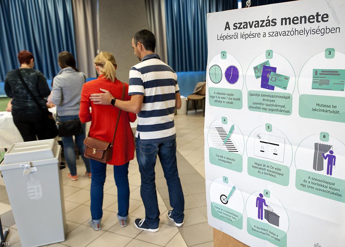 Választópolgárok a győri gimnáziumban kialakított 8. szavazókörben a kvótareferendum napján 2016. október 2-án.