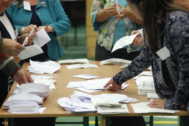 Urnabontás az I. kerületben kialakított 10. szavazókörben a kvótareferendum napján 2016. október 2-án.
